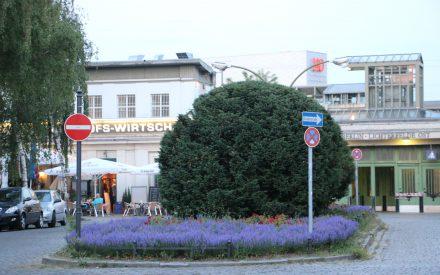 Rückseite Bahnhof Lichterfelde Ost mit Bahnhofsvorplatz