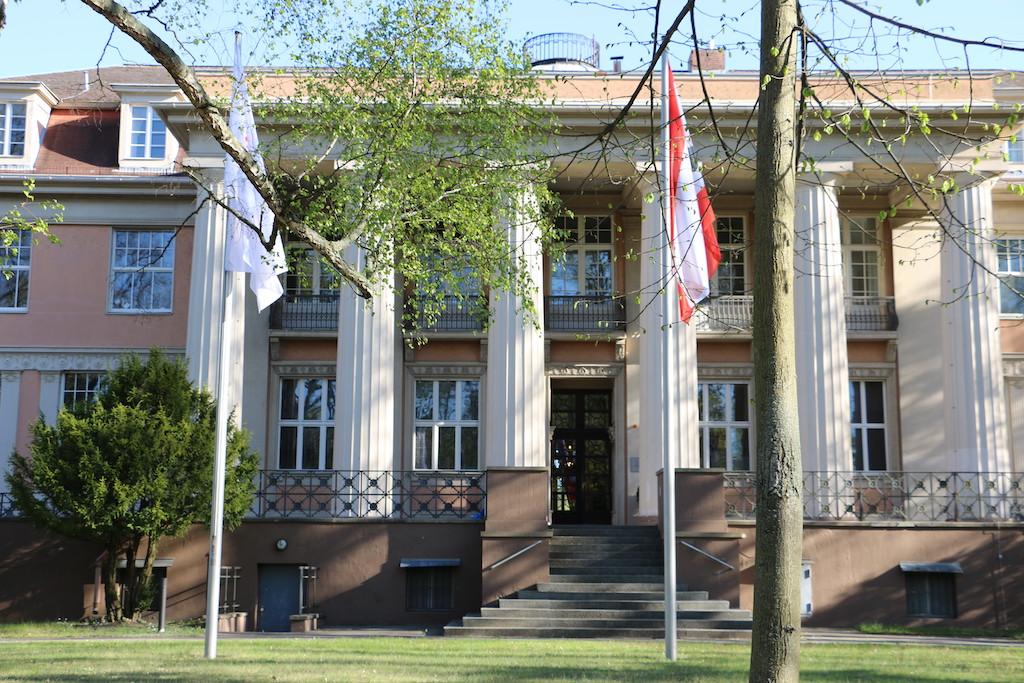 Siemensvilla_Corrensvilla Portal mit Fahnen